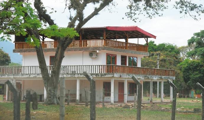 Mientras más de siete mil campesinos de la cordillera de Jamundí insisten en oponerse a la erradicación forzada de los cultivos de coca por la Fuerza Pública, los narcos mexicanos y colombianos siguen utilizando ese corredor para hacer sus transacciones de droga.